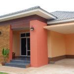 บ้านชั้นเดียวสไตล์คอนเทมโพรารี โทนสีนุ่มนวล ดีไซน์หลังคาทรงปั้นหยาเล่นระดับ 3 ห้องนอน 2 ห้องน้ำ พร้อมที่จอดรถ
