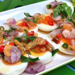 """เข้าครัวทำ """"ยำไข่ต้มยางมะตูม"""" แซ่บซี้ดจัดจ้าน เพิ่มรสสัมผัสด้วยกุ้งแห้ง อร่อยถูกปากคนไทย"""