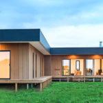 แบบบ้านไม้ยกพื้นทรงตัวแอล (L-Shaped House) อบอุ่น เรียบง่าย ทันสมัย 3 ห้องนอน 2 ห้องน้ำ พื้นที่ใช้สอย 150 ตร.ม.