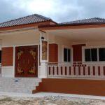 บ้านชั้นเดียวยกพื้นสไตล์ร่วมสมัย โทนสีน้ำตาลอบอุ่น 3 ห้องนอน 2 ห้องน้ำ พร้อมเฉลียงพักผ่อนรับลม
