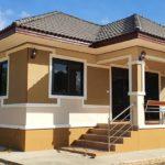 บ้านชั้นเดียวยกพื้นทรงหน้าแคบ ดีไซน์เรียบง่าย โทนสีอบอุ่น 2 ห้องนอน 1 ห้องน้ำ พื้นที่ใช้สอย 135 ตร.ม.