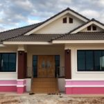บ้านชั้นเดียวยกพื้นสูง หลังคาทรงมะนิลา ตกแต่งด้วยโทนสีชมพูสดใส พื้นที่ใช้สอย 138 ตร.ม.