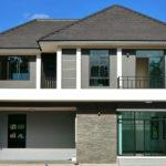 บ้านสองชั้นสไตล์คอนเทมโพรารี ดีไซน์หรูหราในโทนสีเรียบง่าย 5 ห้องนอน 3 ห้องน้ำ พื้นที่ 175 ตร.ม.