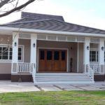 บ้านชั้นเดียวสไตล์ร่วมสมัย โทนสีน้ำตาลอ่อน หลังคาปั้นหยา 4 ห้องนอน 2 ห้องน้ำ พื้นที่ใช้สอย 288 ตร.ม.