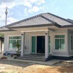 บ้านร่วมสมัยชั้นเดียว 3 ห้องนอน 2 ห้องน้ำ มีที่จอดรถด้านนอก พร้อมครัวไทยแบบเปิดโล่ง