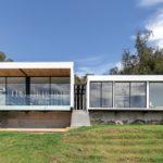 บ้านกล่องทรงหน้ากว้าง ดีไซน์เรียบง่ายแต่ทันสมัย พร้อมผนังกระจกให้วิวภายนอกแบบมุมกว้าง